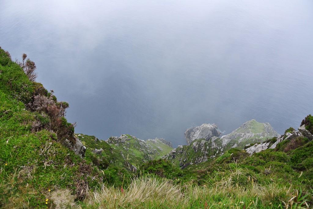 Blick von den Klippen auf Achill Island ins Meer