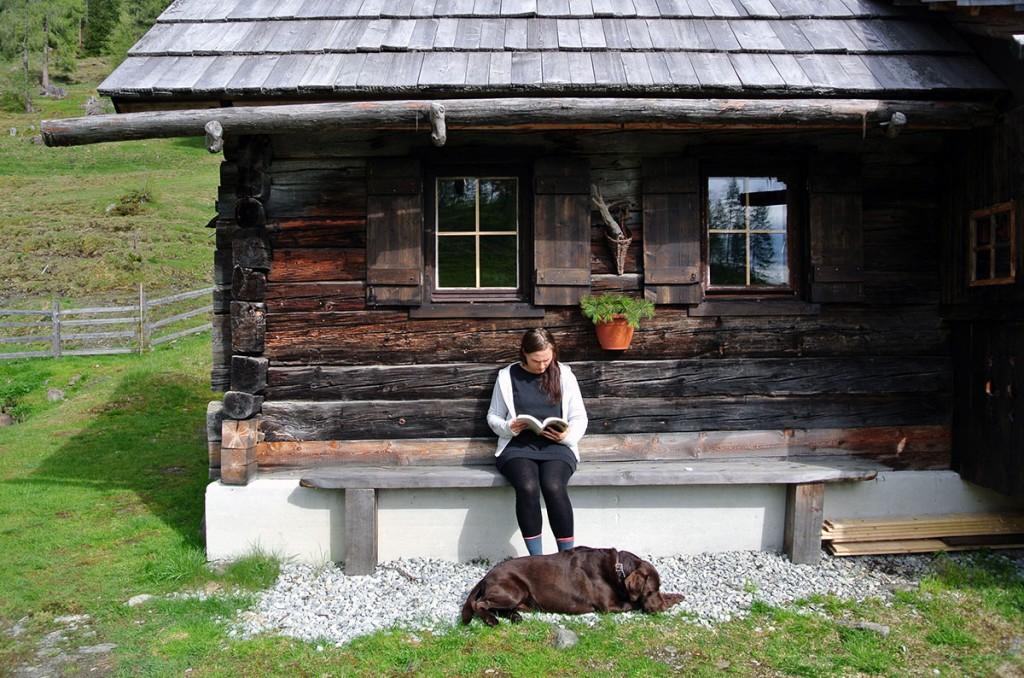 Entspannen auf der Almhütte mit Hund und Buch