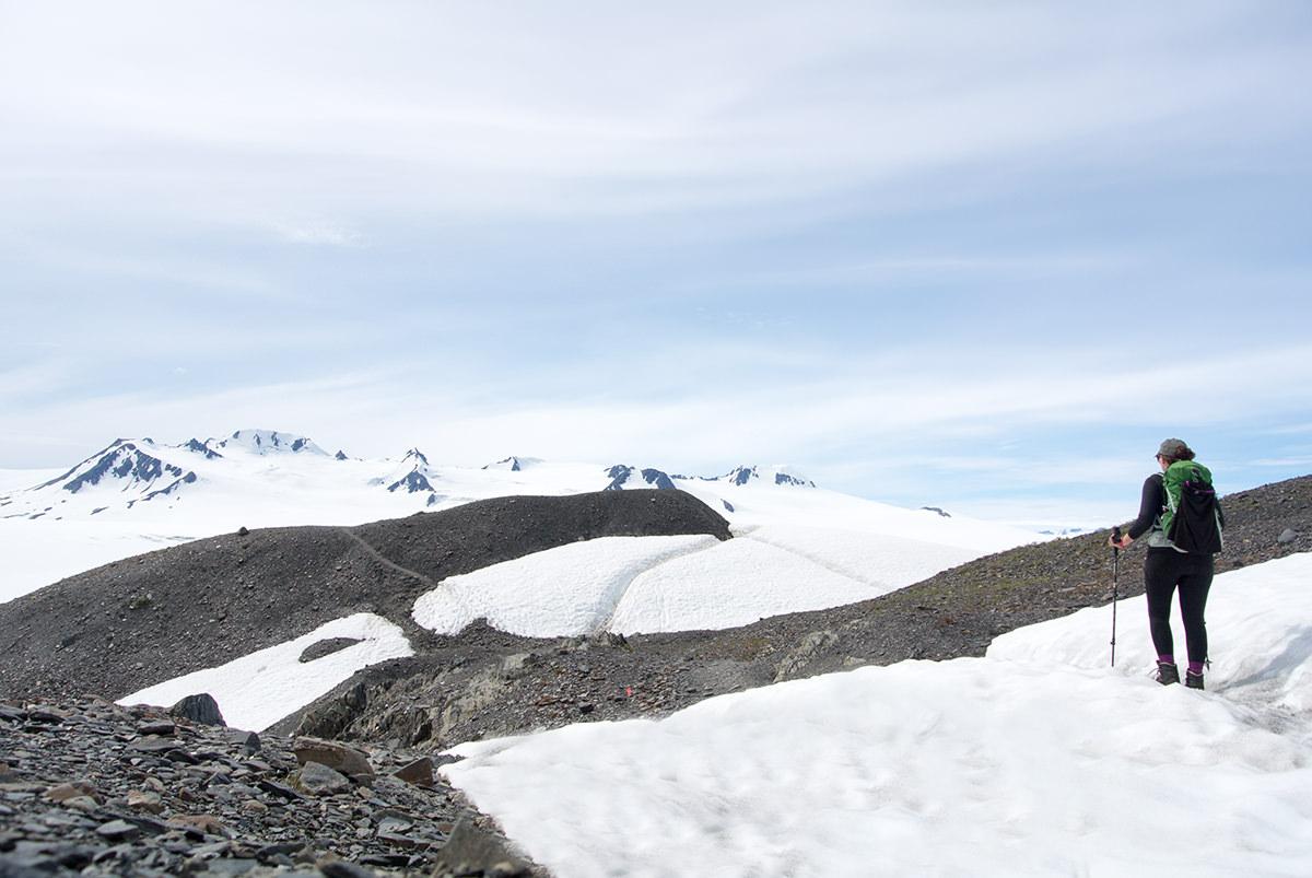 Schneefelder kann es ganzjährig auf dem Harding Icefield Trail geben