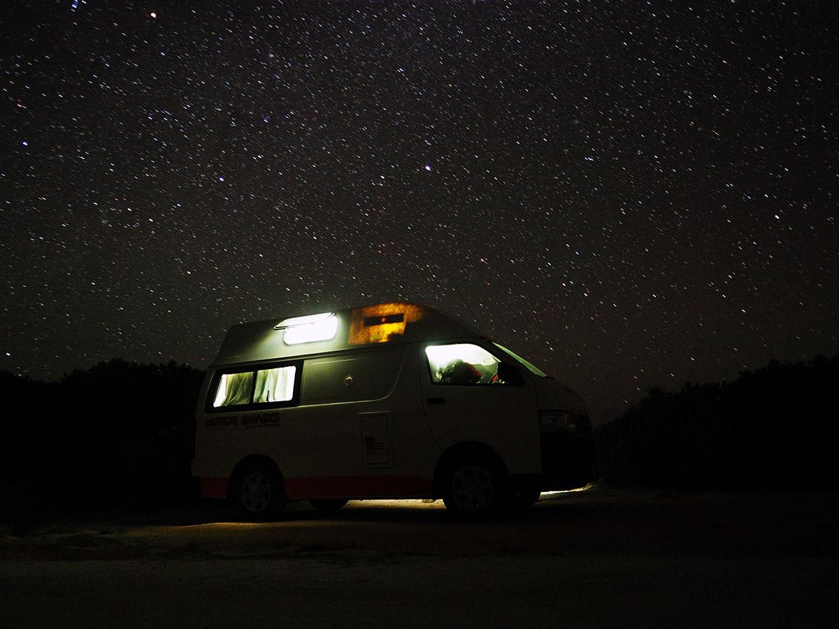 Campervan unter dem tasmanischen Sternenhimmel