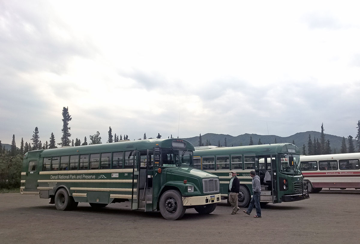 An den Pausenstationen reiht sich Bus an Bus.