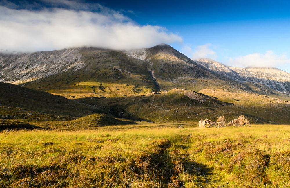 Eine alte Ruine im Glen Torridon, Schottland (Joe Dunckley / Shutterstock.com)