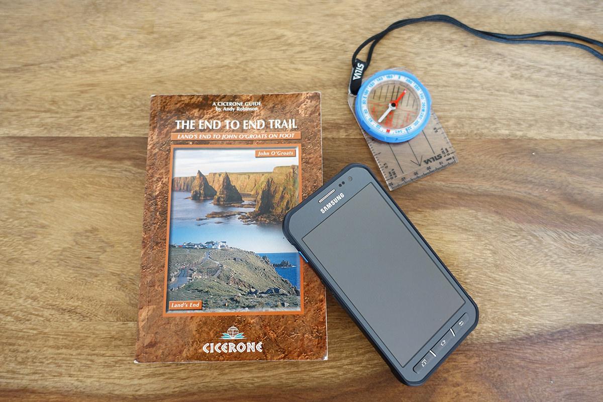 (Hoffentlich) nicht auf Abwegen mit Guidebook, Handy mit Karten-App und Kompass für den Notfall