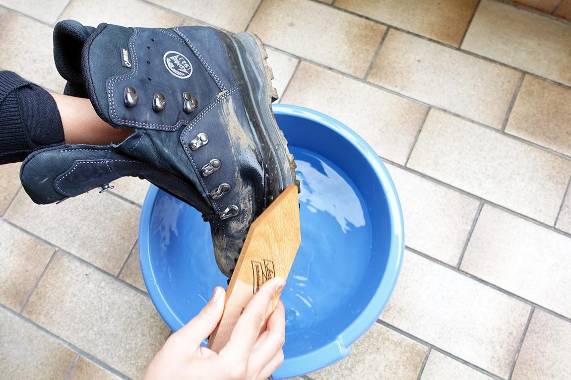 Schuhe von Schmutz befreien