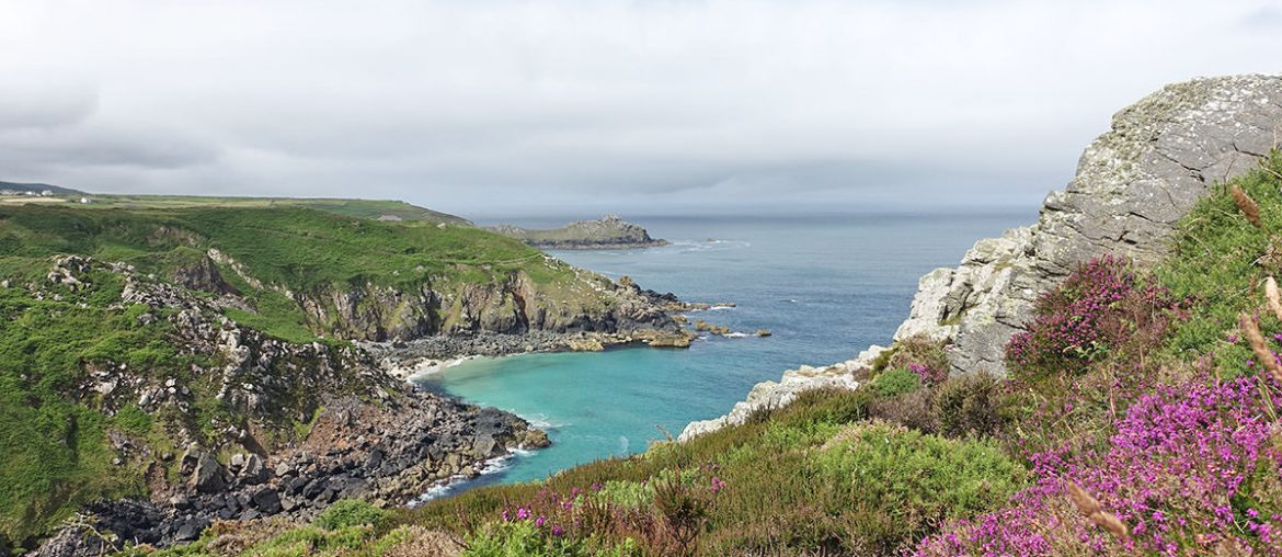 Eine Bucht entlang des South West Coast Path in Cornwall
