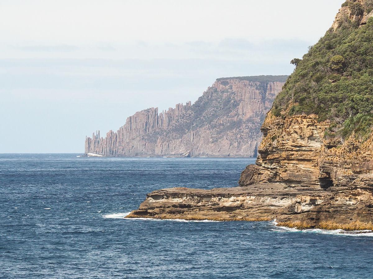 Schroffe Felsküste der Tasman Peninsula
