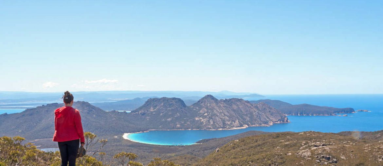 Blick auf die Wineglass Bay im Freycinet Nationalpark