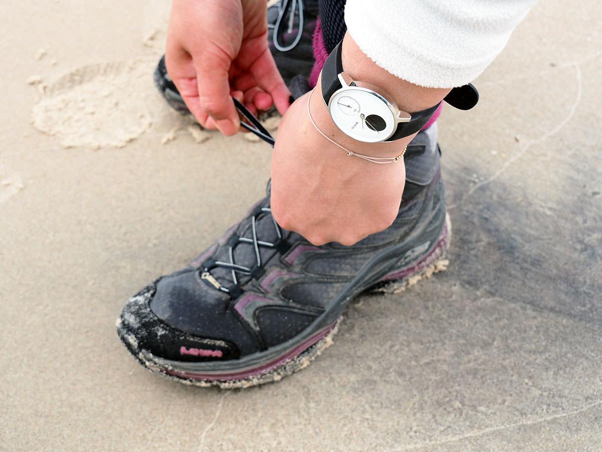 fitness tracker f rs wandern die steel hr von withings fr ulein draussen. Black Bedroom Furniture Sets. Home Design Ideas