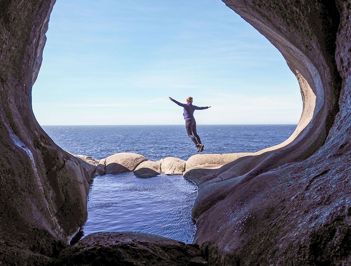 Wandern zu den berühmtem Felshöhlen am Fuße des Brufjell
